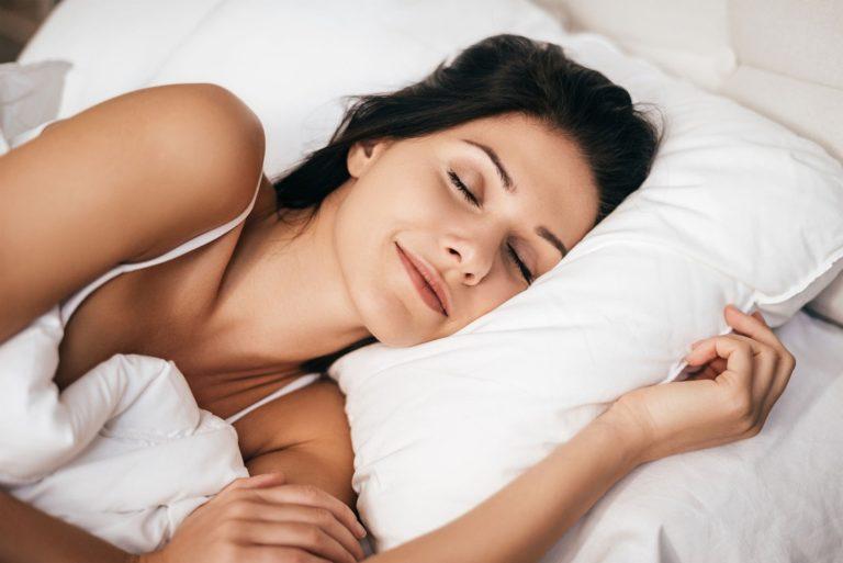 dame couchée sur un lit les yeux fermés